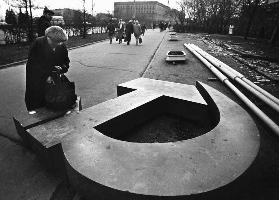 https://cdn.theatlantic.com/assets/media/img/photo/2011/12/20-years-since-the-fall-of-the-soviet-union/u01_77728401/main_900.jpg?1420518039